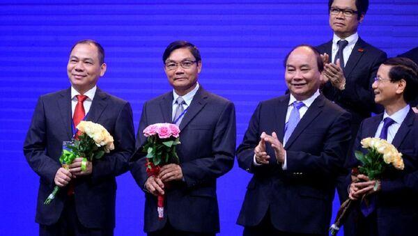 Ông Phạm Nhật Vượng được Thủ tướng vinh danh và tặng cờ thi đua của Chính phủ cho các đơn vị, cá nhân có đóng góp cho đất nước nói chung và thủ đô nói riêng. - Sputnik Việt Nam