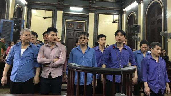 Một mực kêu oan, nhưng Kiệt Cu đĩ (thứ 3 từ trái sang) vẫn không thoát án. - Sputnik Việt Nam