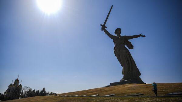 """Tượng đài điêu khắc """"Mẹ Tổ quốc vẫy gọi"""" trên địa bàn tổ hợp tưởng niệm Những người anh hùng của trận Stalingrad trên đồi Mamayev - Sputnik Việt Nam"""