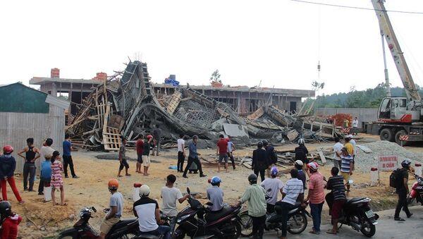 Sập giàn giáo cây xăng, nhiều công nhân bị thương - Sputnik Việt Nam