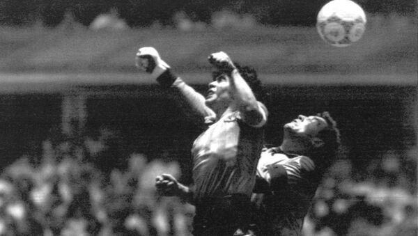 Năm 1986, tại World Cup ở Mexico ở phút thứ 51 của trận đấu với đội tuyển Anh, Maradona đã ghi bàn thắng nổi tiếng nhất của nền bóng đá được nhân loại gọi tên 'Bàn tay của Chúa'. - Sputnik Việt Nam