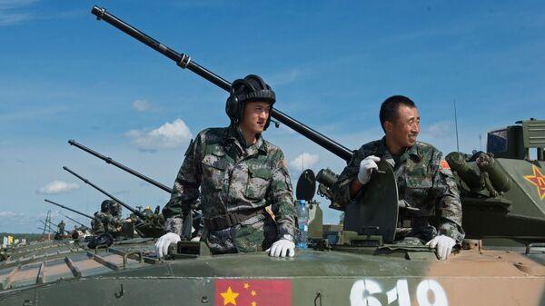 Военнослужащие вооруженных сил Китая на полигоне в Алабино Московской области, где проходят тренировочные заезды в рамках Армейских международных Игр-2015 - Sputnik Việt Nam