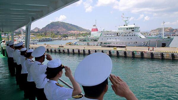Đoàn công tác trên tàu 561 chào cảng - Sputnik Việt Nam