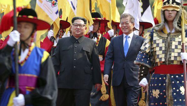 Lãnh tụ Nam-Bắc Triều Tiên Moon Jae-in và Kim Jong-un trong cuộc gặp gỡ tại làng Panmunjom, thuộc khu phi quân sự phân chia hai miền Bắc-Nam Triều Tiên. - Sputnik Việt Nam