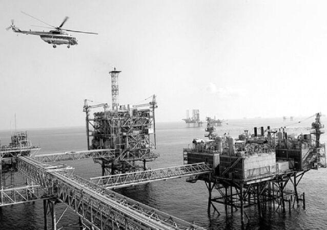 Trực thăng bay dịch vụ cho các giàn khoan dầu khí