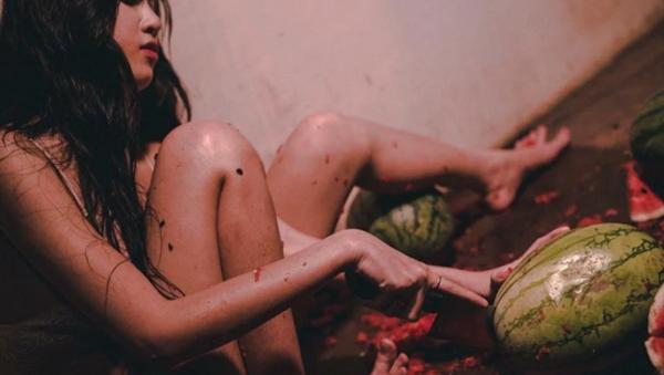 Hot girl khoe thân phản cảm bên trái dưa hấu gây bức xúc cộng đồng mạng - Sputnik Việt Nam