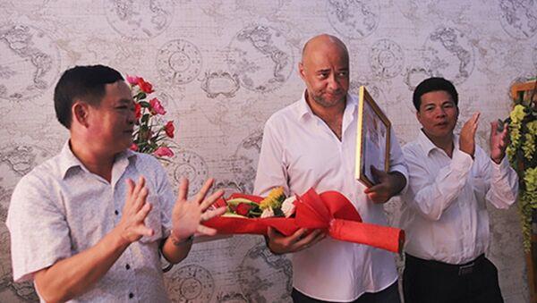 Anh Jean Christophe nhận bằng khen của lãnh đạo quận Liên Chiểu. - Sputnik Việt Nam