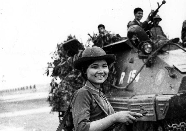 Nữ chiến sĩ biệt động Sài Gòn Cao Thị Nhíp (bí danh Nguyễn Trung Kiên) dẫn đường cho xe tăng Quân đoàn 3 tiến đánh sân bay Tân Sơn Nhất.