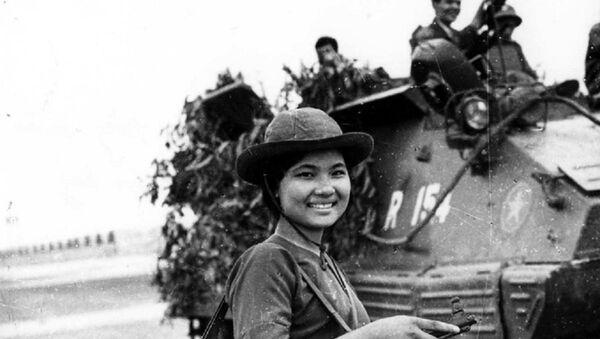 Nữ chiến sĩ biệt động Sài Gòn Cao Thị Nhíp (bí danh Nguyễn Trung Kiên) dẫn đường cho xe tăng Quân đoàn 3 tiến đánh sân bay Tân Sơn Nhất. - Sputnik Việt Nam