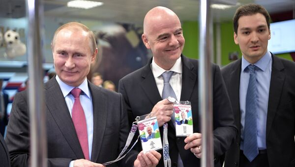 Tổng thống Putin và Chủ tịch FIFA Infantino nhận hộ chiếu người hâm mộ World Cup 2018 - Sputnik Việt Nam