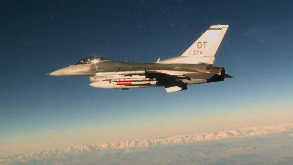 Máy bay chiến đấu Mỹ F-16C với bom B61-12 - Sputnik Việt Nam