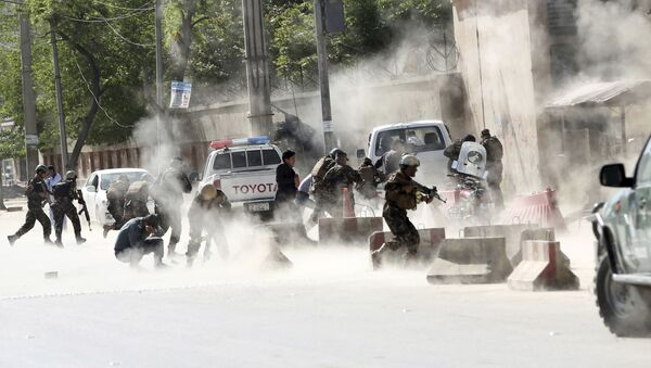 Lực lượng an ninh chạy sau vụ nổ thứ hai trong một loạt tấn công khủng bố ở thủ đô Kabul, Afghanistan, ngày 30 tháng 4 năm 2018 - Sputnik Việt Nam