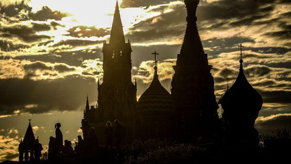 Cảnh tháp Spasskaya của điện Kremlin và Nhà thờ thánh St. Basil - Sputnik Việt Nam