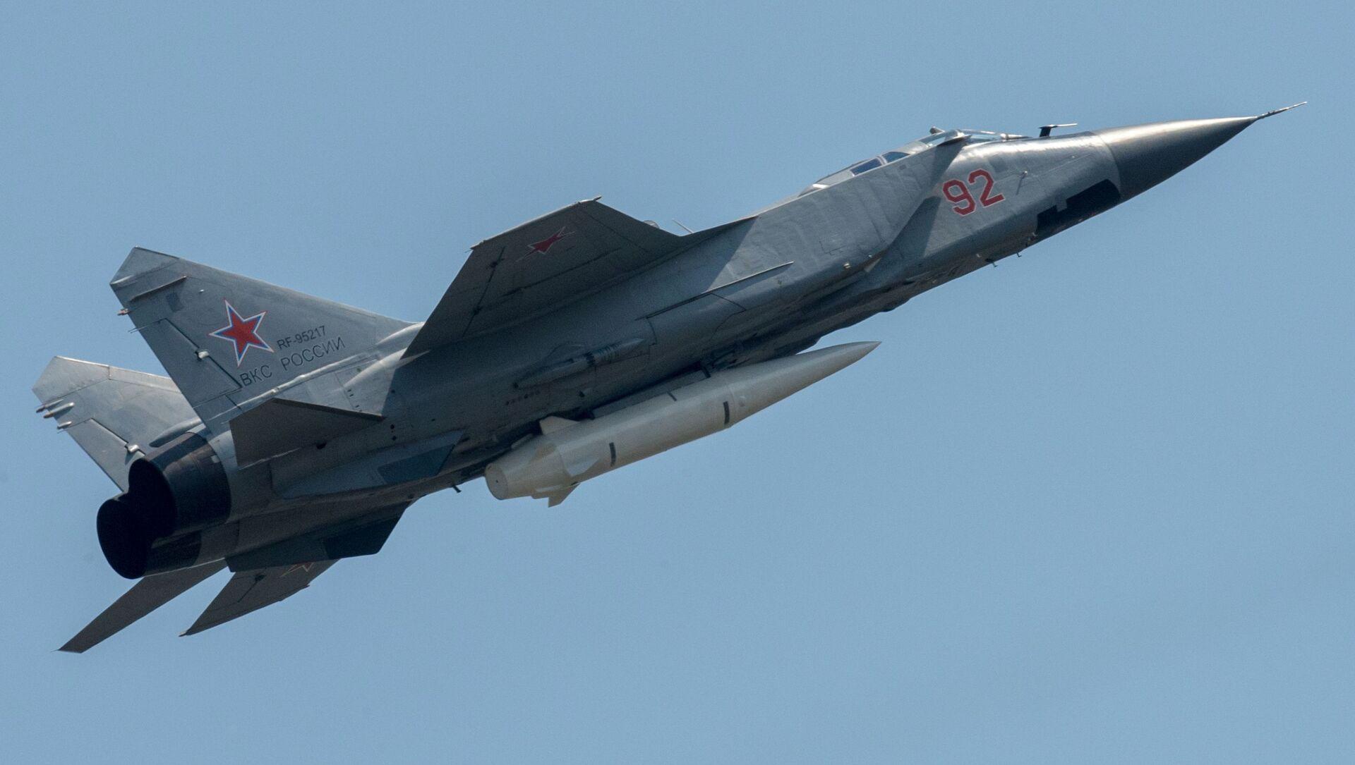 Máy bay đánh chặn MiG-31K cùng tên lửa siêu thanh Kinzhal - Sputnik Việt Nam, 1920, 25.06.2021