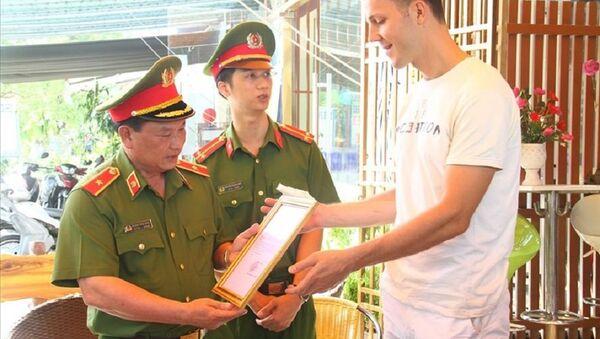 Thiếu tướng Phạm Văn Thực- Cục phó Cục PCCC và CNCH, Bộ Công an đã tặng Bằng khen cho du khách Valery (quốc tịch Nga) - Sputnik Việt Nam