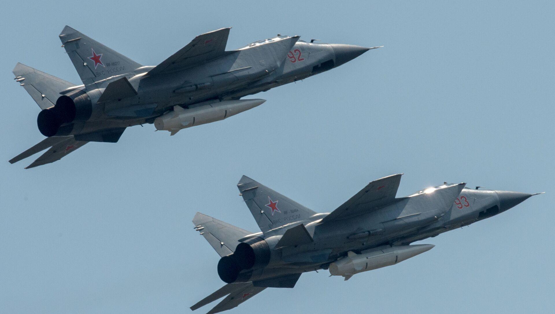 Máy bay đánh chặn MiG-31K cùng tên lửa siêu thanh Kinzhal - Sputnik Việt Nam, 1920, 26.03.2021