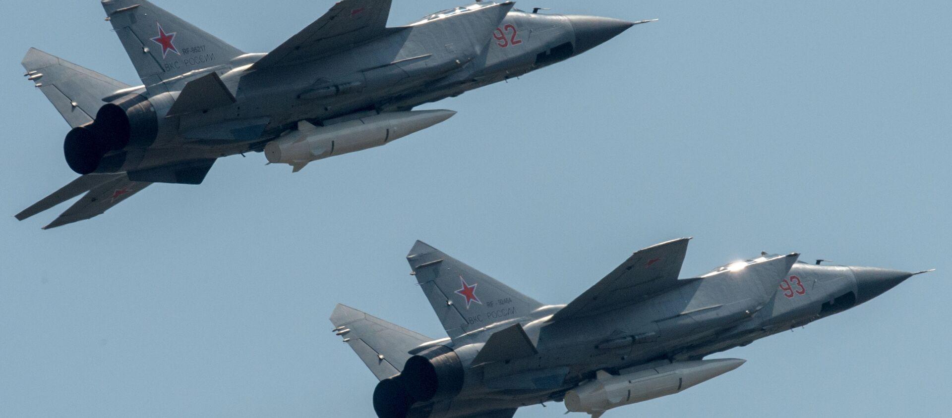 Máy bay đánh chặn MiG-31K cùng tên lửa siêu thanh Kinzhal - Sputnik Việt Nam, 1920, 07.06.2021