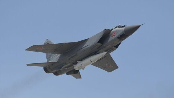 Máy bay đánh chặn MiG-31K cùng tên lửa siêu thanh Kinzhal - Sputnik Việt Nam
