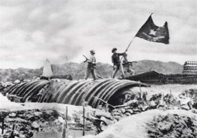Bộ đội Việt Nam cắm cờ trên cứ điểm của Pháp. Trận Điện Biên Phủ, năm 1954