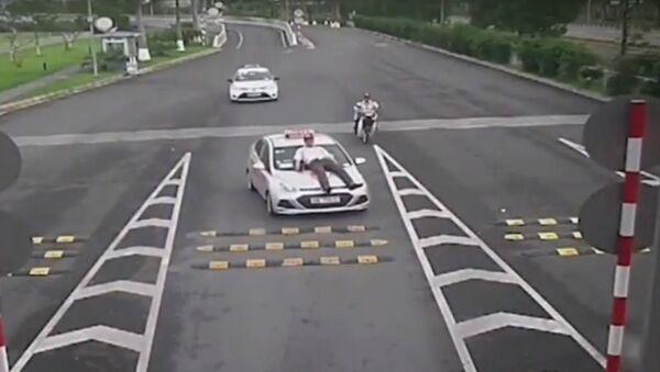 Tạm giữ tài xế taxi hất nhân viên an ninh sân bay lên nắp capo - Sputnik Việt Nam