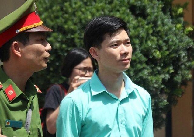 Bác sĩ Hoàng Công Lương ra về sau khi tòa tuyên hoãn.
