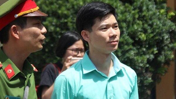 Bác sĩ Hoàng Công Lương ra về sau khi tòa tuyên hoãn. - Sputnik Việt Nam