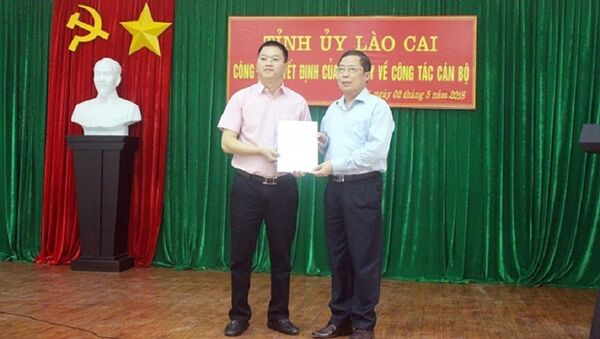 Ông Nguyễn Quang Bình (trái) được bầu làm Phó Chủ tịch UBND huyện Bát Xát. - Sputnik Việt Nam