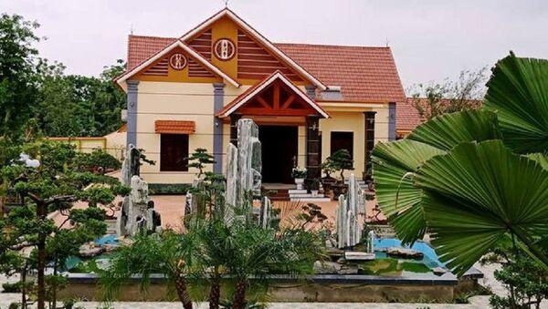 Căn biệt thự được ông Phạm Văn Công xây dựng cách đường khoảng 50 - 60 m, nằm ngoài vị trí được UBND huyện Vĩnh Lộc cho thuê đất để làm khu thu mua nông sản - Sputnik Việt Nam