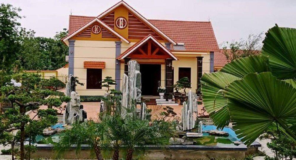 Căn biệt thự được ông Phạm Văn Công xây dựng cách đường khoảng 50 - 60 m, nằm ngoài vị trí được UBND huyện Vĩnh Lộc cho thuê đất để làm khu thu mua nông sản