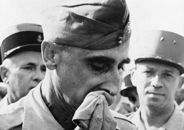 Tướng De Castries bị bắt tại Điện Biên Phủ.