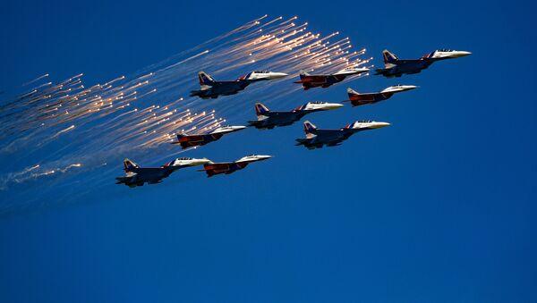 """Các nhóm thuật lái nhào lộn lừng danh toàn thế giới Tráng sĩ Nga"""" và Cánh én"""" với thành phần gồm máy bay Su-30SM và MiG-29 SMT tại Diễu binh kỷ niệm 73 năm Chiến thắng trong Chiến tranh Vệ quốc Vĩ đại 1941-1945 - Sputnik Việt Nam"""