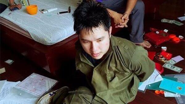Tên cướp bị khống chế, bắt giữ. - Sputnik Việt Nam