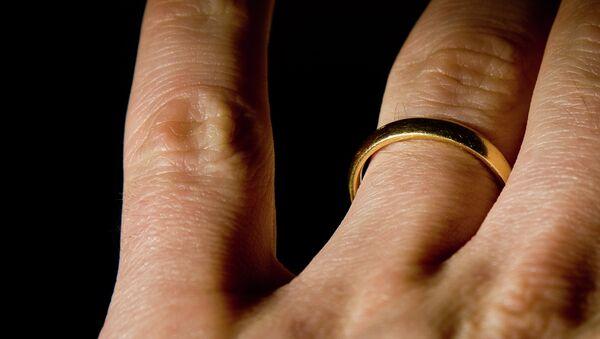 Обручальное кольцо на пальце - Sputnik Việt Nam
