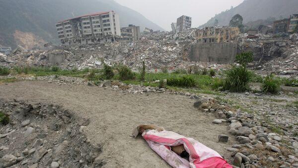 Накрытое тело в городе, разрушенном в результате Сычуаньского землетрясения 2008 года - Sputnik Việt Nam