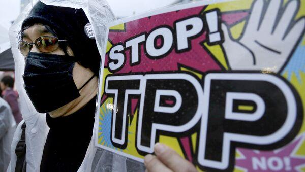 Người phản đối cầm biểu ngữ trong buổi mít tinh phải đối TPP ở Tokyo - Sputnik Việt Nam