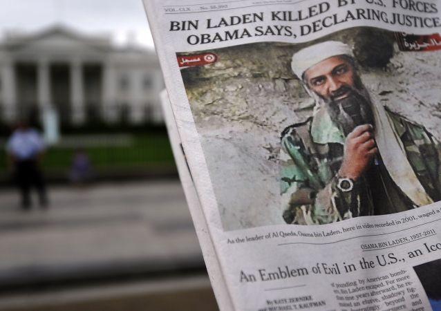 Thủ lĩnh Al-Qaeda Osama bin Laden trên trang đầu của tờ báo phía trước Nhà Trắng ở Washington, DC