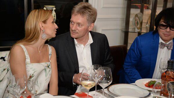 Phát ngôn viên của Tổng thống Dmitry Peskov và nữ vận động viên trượt băng nghệ thuật Tatiana Navka - Sputnik Việt Nam