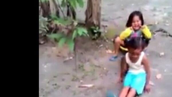 Trẻ em cưỡi con trăn sống khổng lồ như cưỡi ngựa (video) - Sputnik Việt Nam