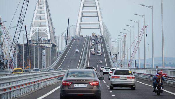 Việc lưu thông xe ô tô qua cầu Crưm mới bắt đầu - Sputnik Việt Nam