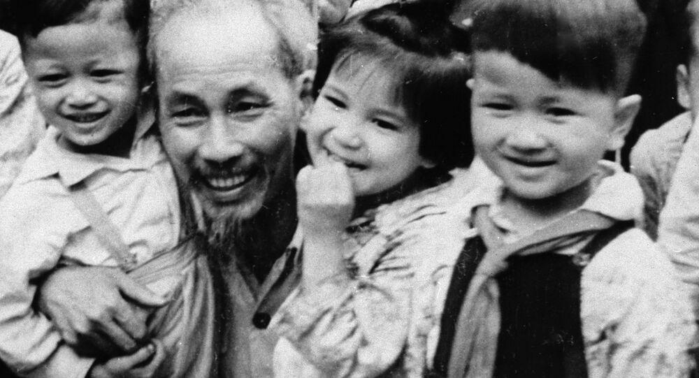 Người đứng đầu BCH Trung ương Đảng Lao động Việt Nam Hồ Chí Minh với thiếu nhi, năm 1955