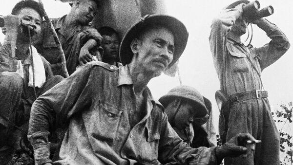 Chủ tịch nước Việt Nam DCCH Hồ Chí Minh theo dõi diễn biến chiến sự trên mặt trận Đông Khê trong thời gian kháng chiến chống Pháp  - Sputnik Việt Nam
