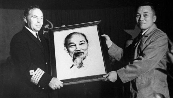 Đại diện Hội Hữu nghị Việt-Xô trao bức chân dung Chủ tịch Hồ Chí Minh cho thủy thủ đoàn của con tàu Xô-viết Hồ Chí Minh tại cảng Vladivostok - Sputnik Việt Nam
