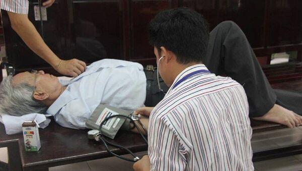 Bị cáo Thủy được kiểm tra sức khỏe sau giờ nghỉ tại phiên tòa xét xử phúc thẩm. - Sputnik Việt Nam