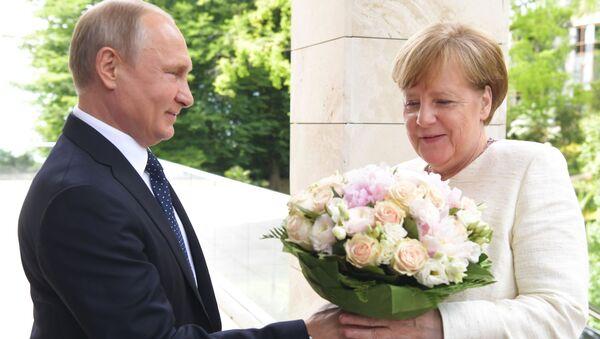 Tổng thống Putin tặng hoa cho bà Merkel - Sputnik Việt Nam