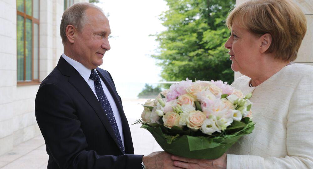 bó hoa mà Tổng thống Nga Vladimir Putin tặng cho Thủ tướng Đức Angela Merkel
