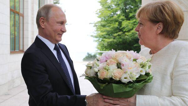 bó hoa mà Tổng thống Nga Vladimir Putin tặng cho Thủ tướng Đức Angela Merkel  - Sputnik Việt Nam