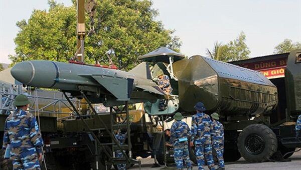 Nạp tên lửa hành trình chống hạm P-15M Termit cho ống phóng KT-161 - Sputnik Việt Nam