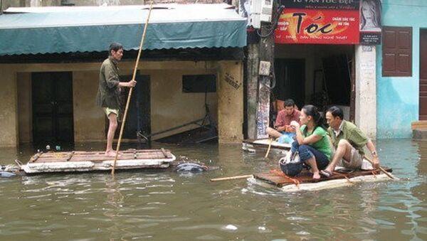 Ngập lụt ở Giáp Bát, quận Hoàng Mai trong đợt ngập lịch sử cuối năm 2008 - một trong những sự cố thiên nhiên được Hà Nội liệt vào thảm họa - Sputnik Việt Nam