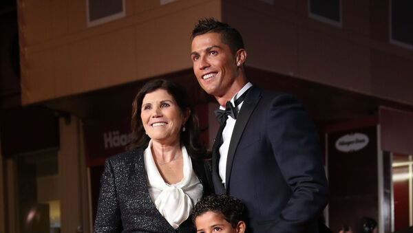 Cristiano Ronaldo với mẹ Dolores Aveiro - Sputnik Việt Nam
