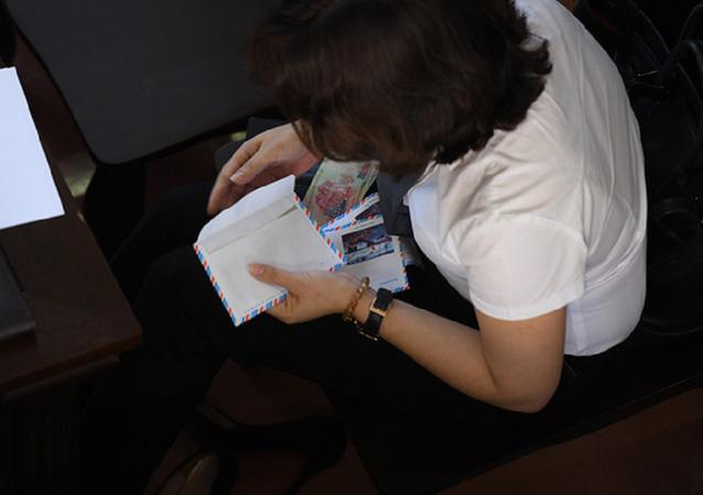 Bà Nguyễn Thị Đinh Hương, đã có hành động khá bất ngờ là soạn sẵn 9 phong bì, mỗi phong bì bỏ vào 500 nghìn đồng, rồi đưa cho người thân các nạn nhân tử vong trong vụ chạy thận ở Hòa Bình.